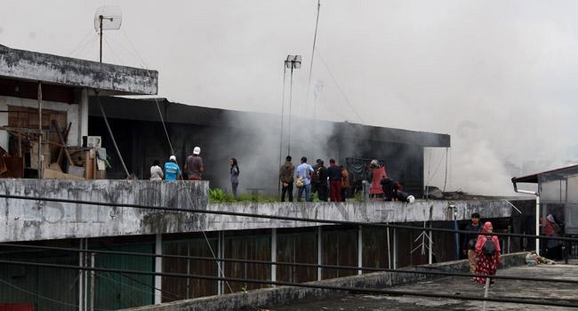 Sampai masuknya waktu Shalat Jumat asap masih mengepul dari pasar konveksi Aura Kuning. Petugas Damkar terus memberikan pertolongan memadamkan api. (maswir chaniago)