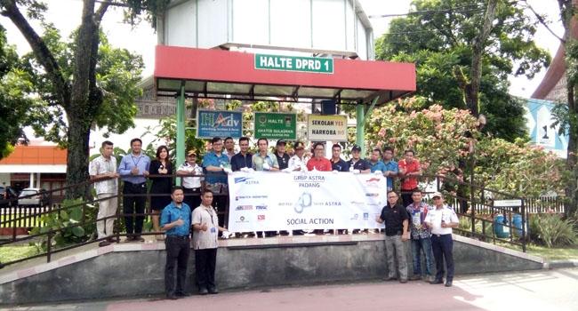 Pimpinan Perusahaan Grup Astra Internasional Tbk, Wilayah Padang bersama dengan Dinas Perhubungan Kota Padang usai melakukan bersih halte DPRD 1 Padang, Jumat(10/11/2017). (lenggogeni)