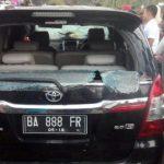 Suasana mencekam dengan kondisi mobil yang dirusak massa di nagari Batubajanjang, Senin (20/11).  (Ist)