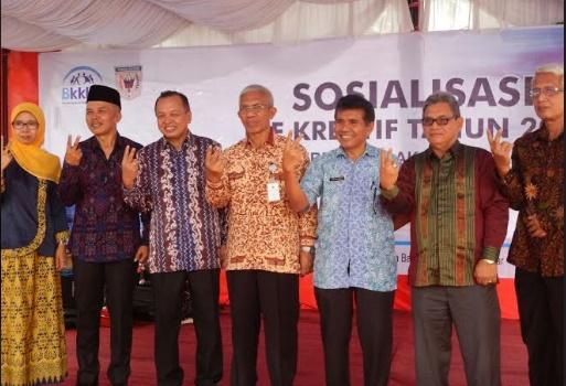 Anggota DPR, H Suir Syam bersama Syahrudin, Ketua Kesira dr H Faurizal, dan pejabat lain usai sosialisasi KIE Kreatif dan KB.(ist)