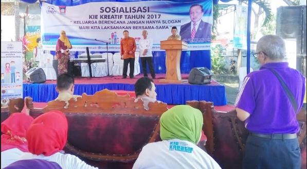 Seorang peserta sosialisasi bertanya kepada anggota DPR Suir Syam (baju batik), Syahruddin (Kepala BKKBN Sumbar) dan Heryanto Rustam (Kadis P3AK2KB Padang) dalam sosialisasi KIE Kreatif. (givo alputra)