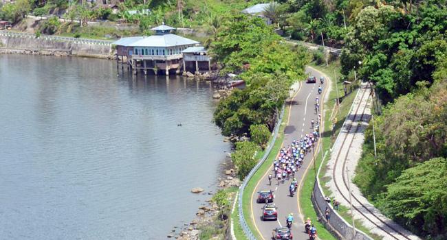 Pebalap TdS melewati selingkar Danau Singakarak. (official)