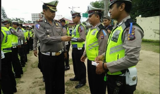 Kasat Lantas Polresta Padang saat memeriksa kelengkapan anggota. (arief pratama)