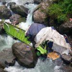 Truk Hino B 9972 TYV bermuatan sabun terjun ke sungai Lubuk Paraku, Senin (20/11) pagi. (guspa caniago)