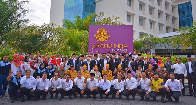 Para veteran berfoto bersama dengan pimpinan dan karyawan Hotel Grand Inna Padang pada Peringatan Hari Pahlawan, Jumat (10/11/2017). (*)