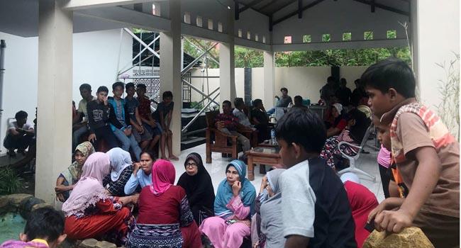 Warga dan tokoh masyarakat bertahan di rumah dinas Wakil Bupati Pessel (ist)