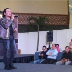 Yul Nursuud tampil memukau dalam pembukaan Indocraf Indonesia Ethnic Fashion Week Minang Minang Oh Minangkabau, di ruangan Assembly Hall JACC, beberapa waktu lalu. (ist)