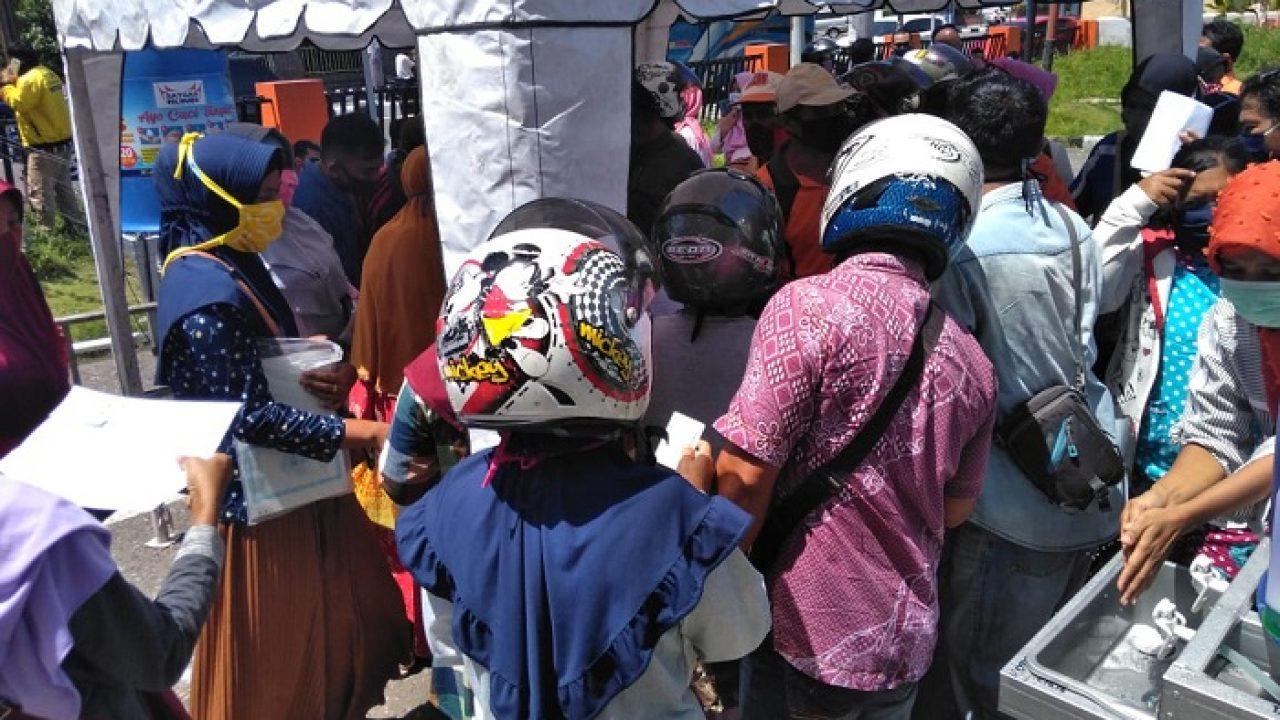 Berharap Bansos Warga Berdesak Desakan Di Kantor Pos Padang Portal Berita Singgalang